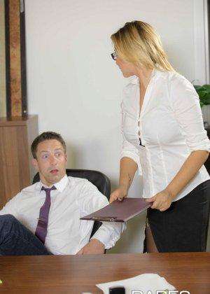 Анна Полина принесла отчет своему пьяному шефу и решила помочь ему протрезветь, трахнувшись с ним - фото 4