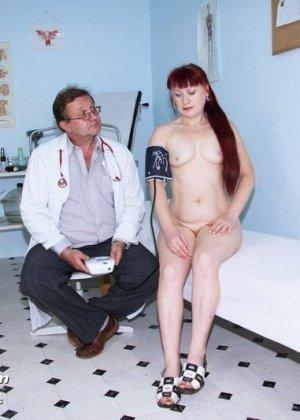 Женщина в возрасте встает в разные позы, чтобы дать развратному врачу рассмотреть себя везде - фото 9