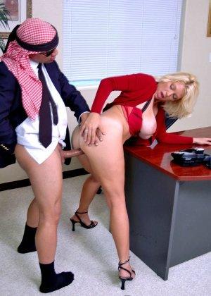 Начальник подложил свою зрелую, но красивую секретаршу своему арабскому бизнес-партнеру, тот натянул ее дырку - фото 13