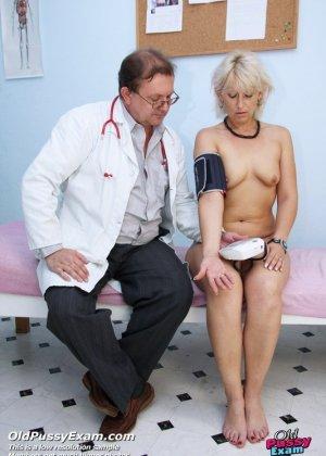 Опытный мужчина-гинеколог не только производит осмотр пациентке, но и доставляет ей удовольствие - фото 4