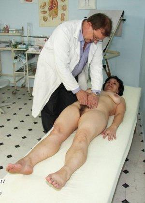 Зрелая женщина на приеме у гинеколога разрешает делать с собой самые развратные вещи - фото 5