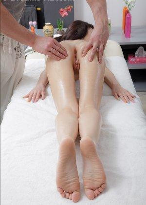 Телка сняла всю одежду и легла, чтобы получить от массажа удовольствие, но от действия массажиста она кончила - фото 3