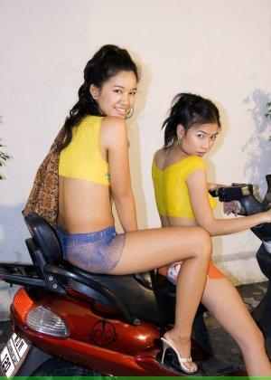 Молодые девушки обливают себя водой в майке без лифчика у мопеда - фото 2