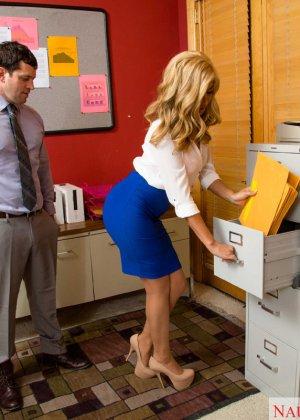Блондинка Джемма Джоли мечтала отсосать хуй своему шефу, мечта сбылась, получилось даже трахнуться с ним на столе - фото 3