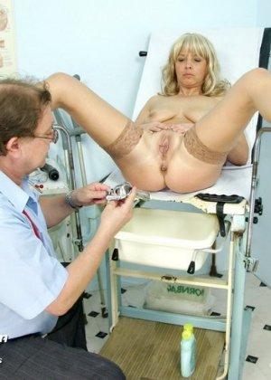 Женщина оказывается на приеме у гинеколога и раздвигает ноги для очень тщательного осмотра - фото 14