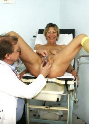 Ванда готова показывать себя со всех сторон перед опытным гинекологом, лишь бы он ее трогал - фото 15
