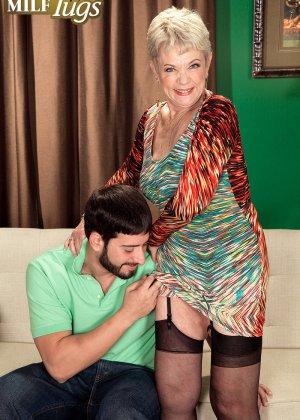 Зрелая проститутка вспоминает свою молодость и скачет на упругом члене брутального парня - фото 6