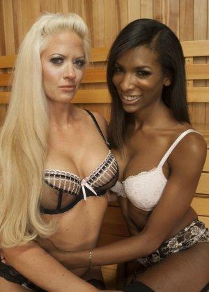 Блондинке достается приятный сюрприз – у ее темнокожей подружки есть большой член между ног - фото 5