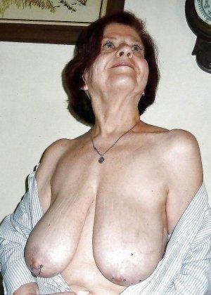 Зрелые телки оголят свои обвисшие груди, они бабки без комплексов, и трахнут кого угодно - фото 6