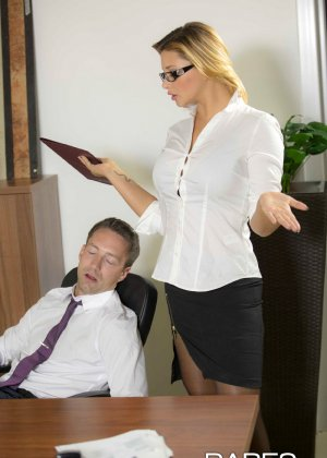 Анна Полина принесла отчет своему пьяному шефу и решила помочь ему протрезветь, трахнувшись с ним - фото 2