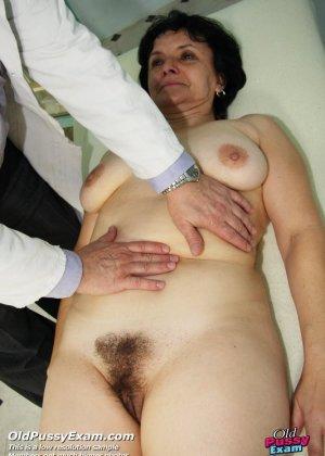 Зрелая женщина на приеме у гинеколога разрешает делать с собой самые развратные вещи - фото 6