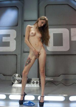 Секс машина достаточно быстро удовлетворила худенькую брюнетку Willow Hayes - фото 2