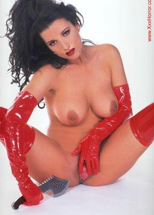 Роковая брюнетка в красном латексе позирует перед фотографом, обнажая самые соблазнительные части тела - фото 15