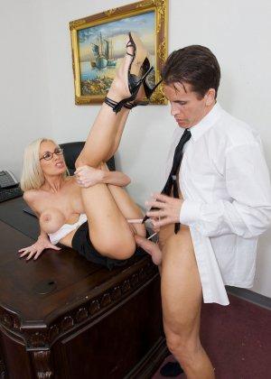 Телка вызывает своего подчиненного в кабинет, она не носит трусов, чтобы ее киску могли обработать без лишней суеты - фото 7