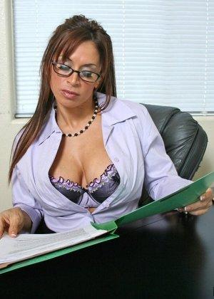 Дэвон Мишель  ебется со своим клиентом на рабочем столе, повизгивая от удовольствия как шлюха - фото 4