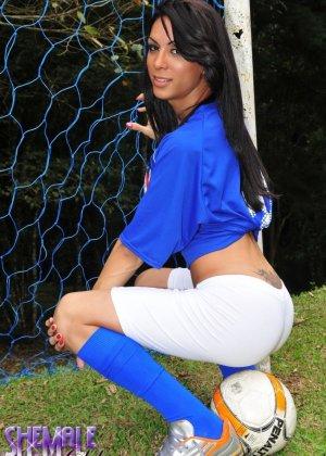 Горячая футболистка когда сняла с себя трусики оказалась вовсе не девушкой - фото 2