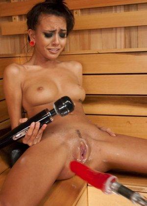 Дженис Гриффит сначала полностью моется, а затем переходит в комнату с установленной секс-игрушкой - фото 22