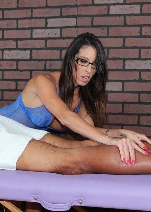 Брюнетка делает массаж очередному клиенту, она умело шевелит пальчиками - фото 3