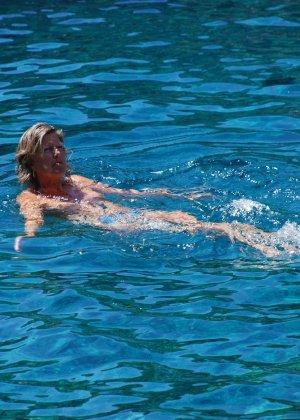 Отдых на море в эротических фото зрелой дамы на крутой фотик - фото 23