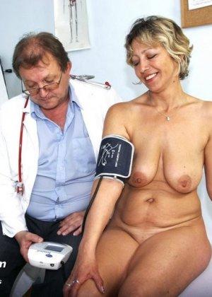 Зрелая Ванда приходит к врачу, он помогает ей раздеться и поудобнее устроиться для тщательного осмотра - фото 5