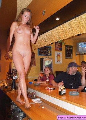 Пьяные голые девки позволяют мужикам лапать себя и сидят у них на коленях - фото 9