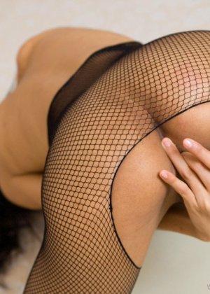 Красивая девушка мастурбирует свою скромную влажную киску - фото 13