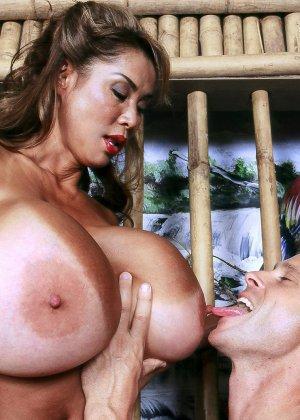 Зрелая красотка с силиконовой грудь трахается с пареньком - фото 12