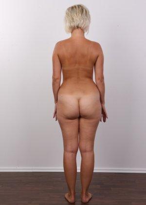 Блондинка на порно кастинге снимает все белье и оголит свои аккуратные сексуальные соски - фото 14