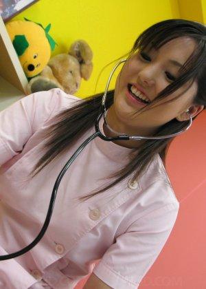 Азиатская медсестра трахается на дому у парня который её вызвал - фото 7
