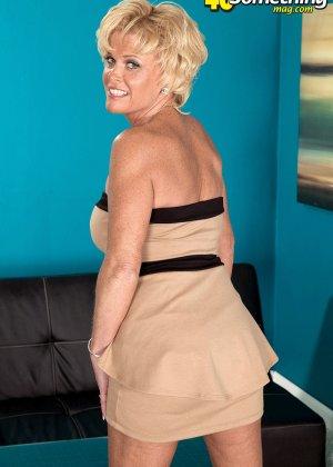 Зрелая белокурая проститутка занимается еблей в два ствола сразу - фото 3