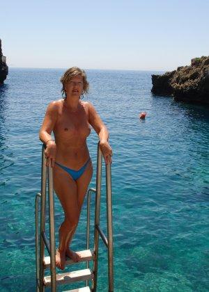 Отдых на море в эротических фото зрелой дамы на крутой фотик - фото 38