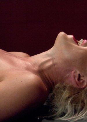 Секс машина без проблем довела блондинистую деваху до незабываемого сквирта - фото 8