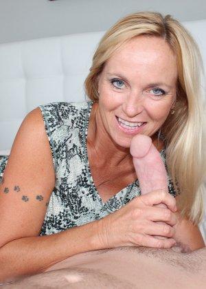 Опытная блондинка знает, как ублажать мужчину и делает это действительно качественно, доводя до конца - фото 3