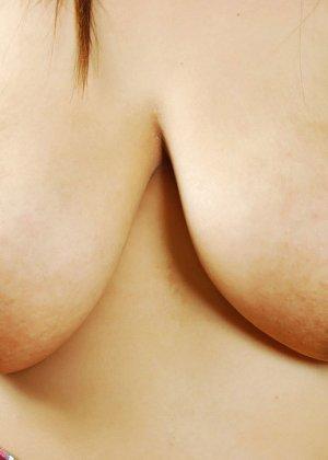 Пышная азиатка поднимет юбку и заманчиво стянет со своей шикарной задницы трусики - фото 13