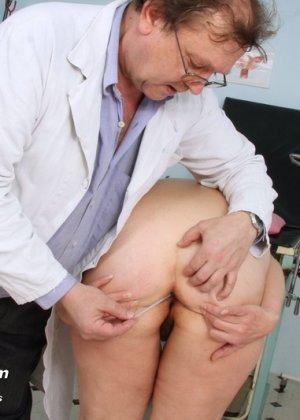 Женщина с волосатой пиздой приходит на прием к развратному гинекологу и раздвигает перед ним ноги - фото 3