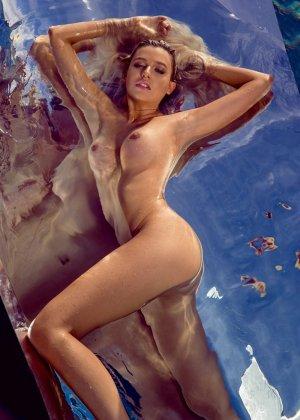 Знойная красотка Моника Симс разделась около бассейна, показав миру свои очаровательные сиськи - фото 8