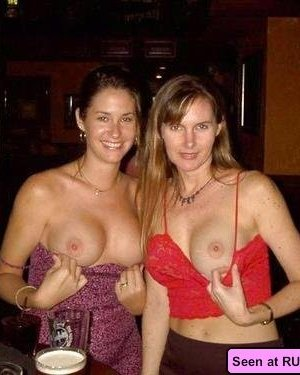 Похотливые сучки с удовольствием показывают свои сиськи: девки хотят, чтобы их трахали - фото 14