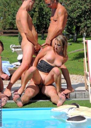 Около бассейна внезапно началась оргия, мужики ебут нескольких шлюшек и двоих бисексуалов во все дыры - фото 3