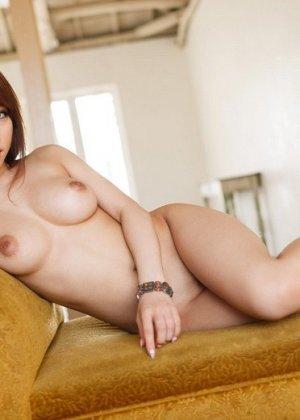 Очень красивая азиатка с замечательной грудью позирует перед камерой - фото 15
