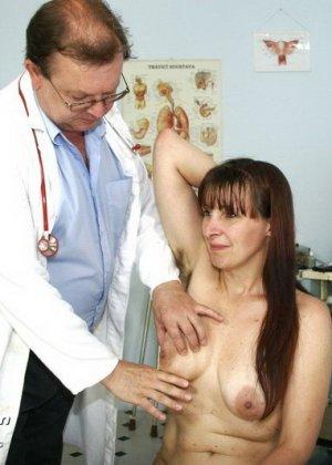Женщина с волосатой пиздой раздвигает ноги перед мужчиной-гинекологом и показывает ему всё - фото 4
