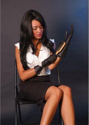 Сексапильная брюнетка работает секретаршей, она медленно снимет с себя блузку и оголит свои дойки - фото 6