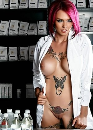 Аптекарша с медными волосами и большими сиськами трахнулась с посетителем прямо в торговом зале - фото 1