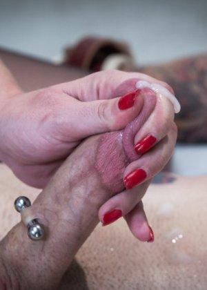 Зрелая пышногрудая бабенка поиздевались над членом татуированного паренька - фото 12
