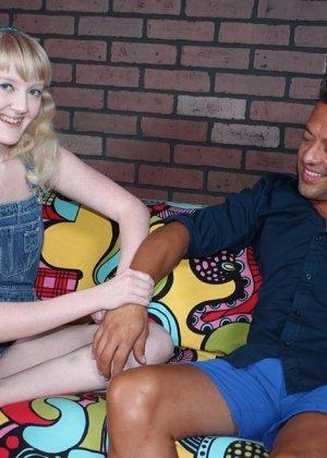 Кристал – молоденькая блондинка, которая соблазняет опытного мужчину и делает ручками ему приятно - фото 2