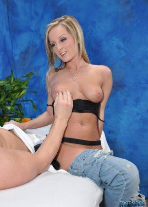 Мужчина расслабляется на массажном столе, пока его дружок кайфует от рук массажистки - фото 7