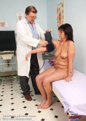 Зрелая женщина приходит на прием к гинекологу, раздвигает ноги и с удовольствием дает себя осмотреть - фото 6