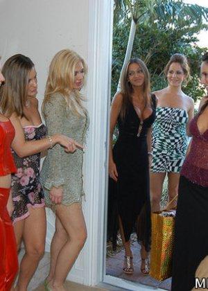Девушки возбудились от примерки сексуальных нарядов и начали мастурбировать и лизать друг другу пезды - фото 2