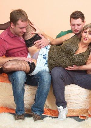 Два молодых парня стараются угодить зрелой женщине, ублажая ее с помощью нежных ласк - фото 5