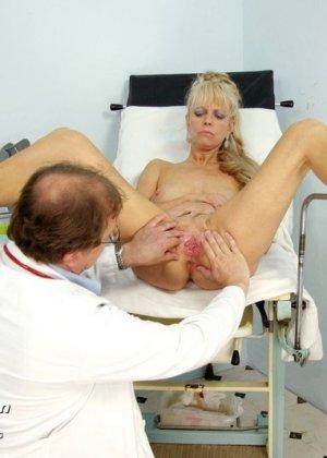 Зрелая блондинка садится на гинекологическое кресло и дает близко рассмотреть все свои дырочки - фото 13