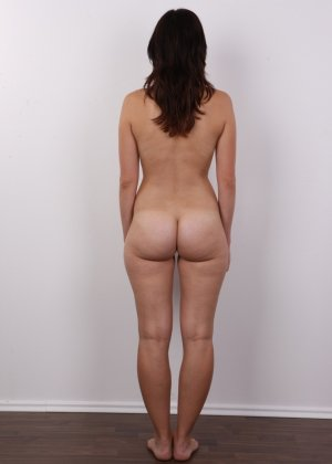 Чешская девушка с упругими сиськами на порно кастинге позирует голенькой - фото 11